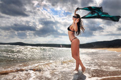 Fille heureuse sur la plage Photo stock