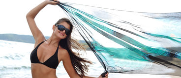 Fille heureuse sur la plage Photographie stock libre de droits