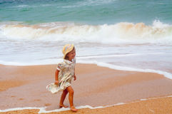 Fille heureuse sur la plage Image stock