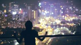 Fille heureuse sur le toit la nuit banque de vidéos