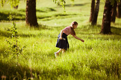 Fille heureuse sur les larmes d'herbe de pré Photos stock
