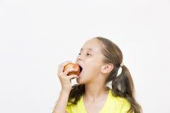 Fille heureuse tenant Apple Images libres de droits