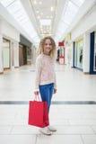 Fille heureuse tenant des paniers photographie stock libre de droits