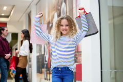 Fille heureuse tenant des sacs à provisions image libre de droits