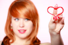 Fille heureuse tenant le symbole rouge d'amour de coeur Rose rouge Images libres de droits