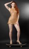 Fille high-heeled sur la planche à roulettes Photo libre de droits