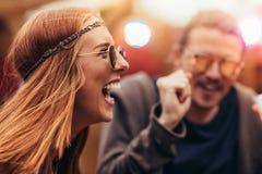 Fille hippie appréciant avec des amis au festival de musique Photos stock