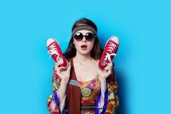 Fille hippie avec des lunettes de soleil et des chaussures en caoutchouc Photos libres de droits