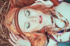 Fille hippie de blone gaie, paisible et libre Jeunes adultes photographie stock