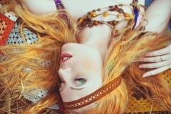 Fille hippie de blone gaie, paisible et libre Jeunes adultes photos stock