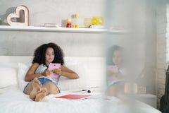 Fille hispanique à l'aide de la Tablette de Digital pour des devoirs d'école Image stock