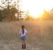 Fille hispanique appréciant le coucher du soleil photo libre de droits