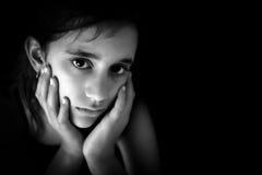 Fille hispanique triste en noir et blanc Image stock