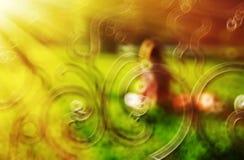 Fille horizontale dans l'abstraction de bokeh de parc avec le backgr léger de fuite Photographie stock libre de droits
