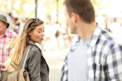 Fille impertinente regardant le fond de l'homme sur la rue Photo stock