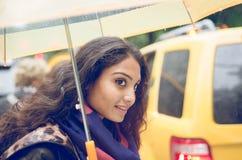 Fille indienne à New York dans un jour pluvieux images stock