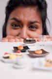 Fille indienne à un régime avec les nourritures micro photo stock