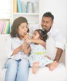 Fille indienne alimentant ses parents photo libre de droits