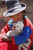 Fille indienne avec l'agneau au Pérou Image stock
