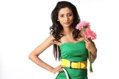Fille indienne avec les fleurs et le sac à main Photos stock