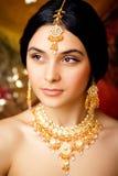 Fille indienne douce de beauté dans le sourire de sari Photographie stock libre de droits