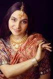 Fille indienne douce de beauté dans le sourire de sari Photographie stock
