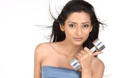 fille indienne retenant les cloches sourdes-muettes image libre de droits