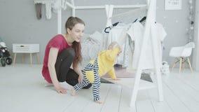 Fille infantile apprenant à se tenir sans aide à l'intérieur clips vidéos