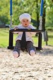 Fille infantile dans les oscillations Photographie stock