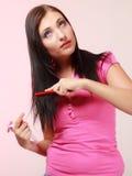 Fille infantile de femme puérile peignant des cheveux images libres de droits