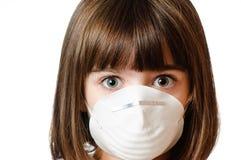 Fille inquiétée s'usant un masque de particules Photo stock