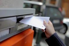 Fille inscrivant une lettre photographie stock libre de droits