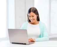 Fille internationale d'étudiant avec l'ordinateur portable à l'école image libre de droits