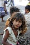 Fille investigatrice de mendiant images stock