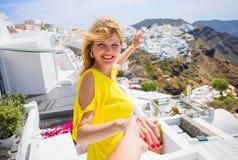 Fille invitant son ami à la suivre dans Santorini Photos libres de droits