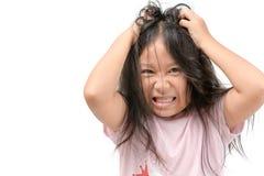 Fille irritante ses cheveux ou enfant frustrant et fâché photographie stock