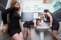 Fille ivre dans des barres de toilette femmes dans la soirée Photos stock