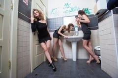 Fille ivre dans des barres de toilette femmes dans la soirée Photo libre de droits