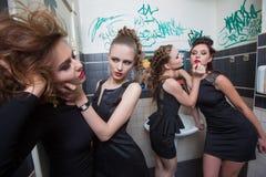 Fille ivre dans des barres de toilette femmes dans la soirée Photographie stock