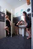 Fille ivre dans des barres de toilette femmes dans la soirée Photo stock