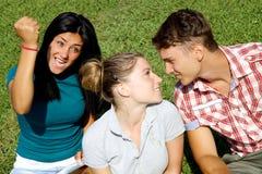 Fille jalouse fâchée prête à poinçonner la fille blonde avec l'ami Photo stock