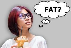 Fille japonaise demandant à son individu si la consommation de nourriture est FAT photographie stock