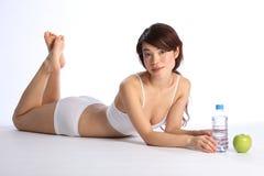 Fille japonaise en bonne santé avec la pomme et l'eau en bouteille Photographie stock libre de droits