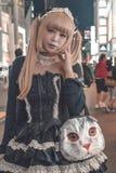 Fille japonaise non identifiée avec les cheveux plongés blonds avec un sac à main félin chez Harajuku dans l'exemple de Tokyo Jap image libre de droits