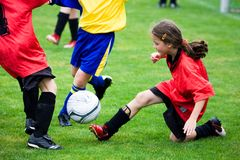 Fille jouant au football Image libre de droits