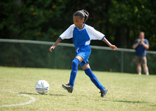 Fille jouant au football Photographie stock libre de droits