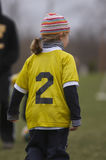 Fille jouant au football Photo stock