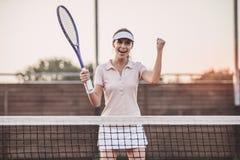 Fille jouant au tennis photo stock