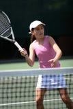 Fille jouant au tennis Photographie stock libre de droits
