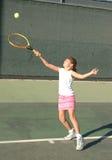 Fille jouant au tennis image stock